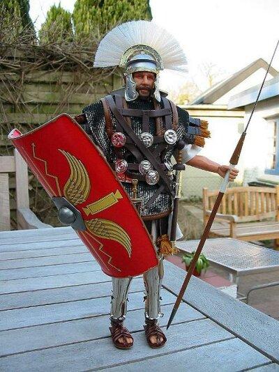 Figur Centurio in römischer Kleidung und Rüstung mit Kettenhemd, Brustpanzer, Beinschutz, Sandalen, ein großes Schild, Helm mit Kopfschmuck, ...